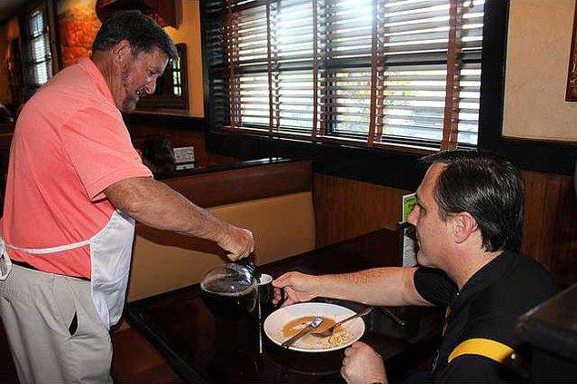 Celebrity Waiter pic 1